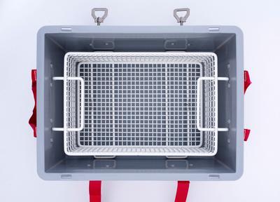Der maßgeschneiderte, pulverbeschichtete Metallkorb sorgt für einen Abstand von 3 cm zum Innenrand der Transportbox. Die Batterien können einfach mit dem Korb herausgenommen werden.