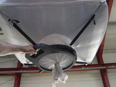 Big Bag-Auslaufarmatur zur manuellen Betätigung, mit 4 Aufhängegurten und -haken.
