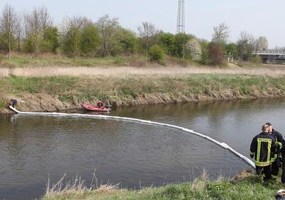 DENSORB Ölsperren (hier: 6-m-Segmente) zum Eindämmen und Aufnehmen von Ölverschmutzungen auf Wasseroberflächen