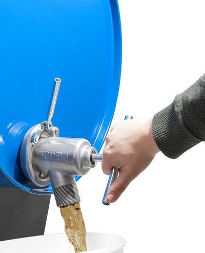Durch Drehen des Handgriffes öffnen Sie das Spundloch und ziehen den Deckel nach vorne. So kann dann die Flüssigkeit auslaufen.