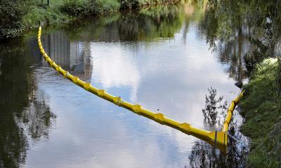 Die Ölbarrieren ECOLINE können in beliebiger Anzahl schnell miteinander verbunden werden und so auch große Bereiche schützen.