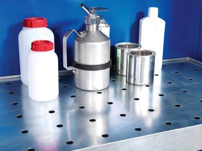 Lochblecheinsätze sichern die Lagerware vor evt. ausgelaufenen Flüssigkeiten (nicht in Kombination mit PE-Einlegewannen nutzbar).