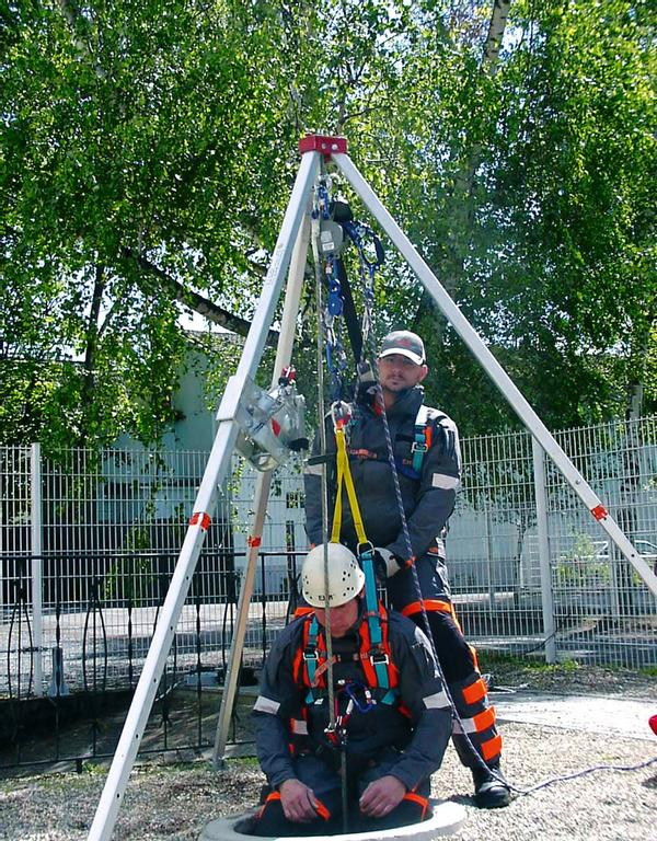 Anwendungsbeispiel für den Schachteinstieg mit einem Dreibock und dem Auf- und Abseilgerät. Bei Positionierung mit dem Gerät / Arbeiten am Seil ist eine zweite Sicherung (Redundanz) vorgeschrieben. Dafür empfehlen wir ein mitlaufendes Auffanggerät oder ein Höhensicherungsgerät mit Rettungshub.