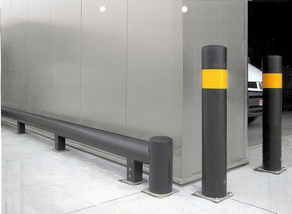 In der Version für den Außenbereich wird der Rammschutzpoller in schwarz (UV-beständig) mit 1 gelbem Streifen geliefert. Die Befestigung erfolgt mittels einer Edelstahl-Bodenplatte. (im Lieferumfang enthalten)