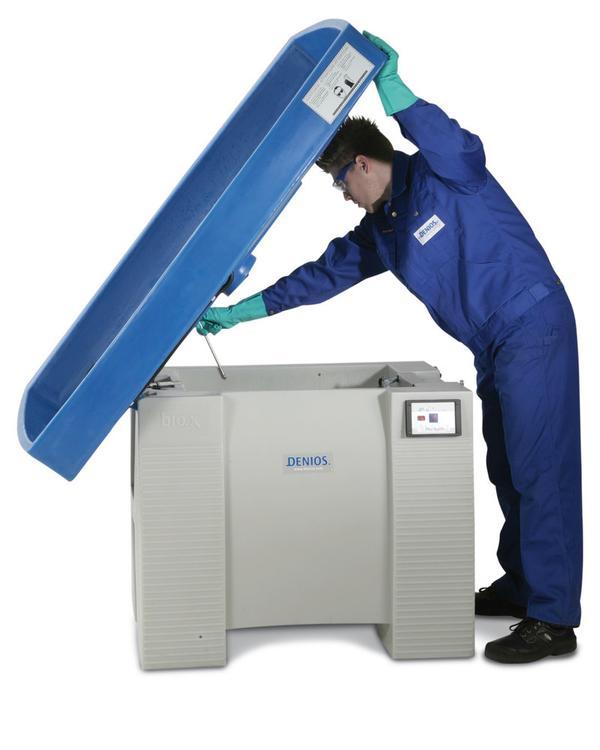 Der Tank für die Reinigungsflüssigkeit sowie die technischen Komponenten sind dank der aufstellbaren Arbeitsfläche gut erreichbar.