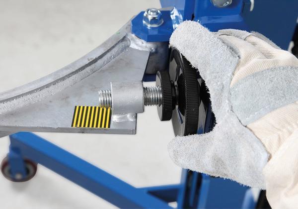 Handrad mit Skala zum genauen Anpassen der Klammer an den jeweiligen Fasstyp.