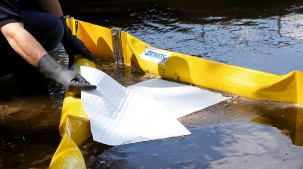 Nach dem Ausbringen der Ölbarrieren wird das Öl mit den im Set enthaltenen Bindevlies-Matten von der Wasseroberfläche aufgenommen.
