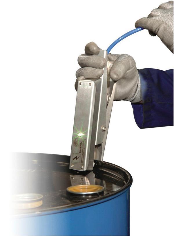 Der sichere Kontakt zwischen Zange (hier im Beispiel Typ BR mit LED-Anzeige) und Metallbehälter (z. B. Fass) wird angezeigt