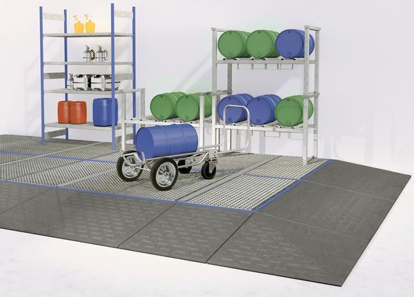 Großflächig verlegte Bodenelemente können durch speziell angepasste Auffahrrampen von allen Seiten mit Transportgeräten erreicht werden.
