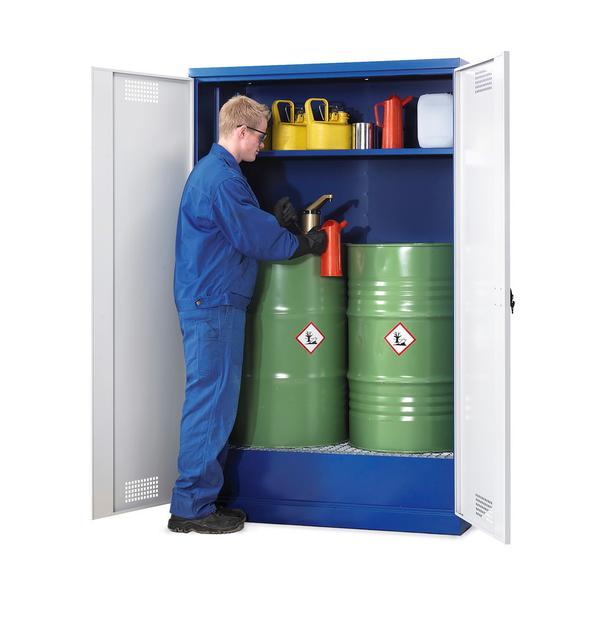 In dem geräumigen Chemikalienschrank können bis zu 2 x 200 l Fässer eingelagert werden. Der Pumpvorgang kann direkt im Schrank über der Auffangwanne erfolgen. Einlegeboden optional lieferbar.