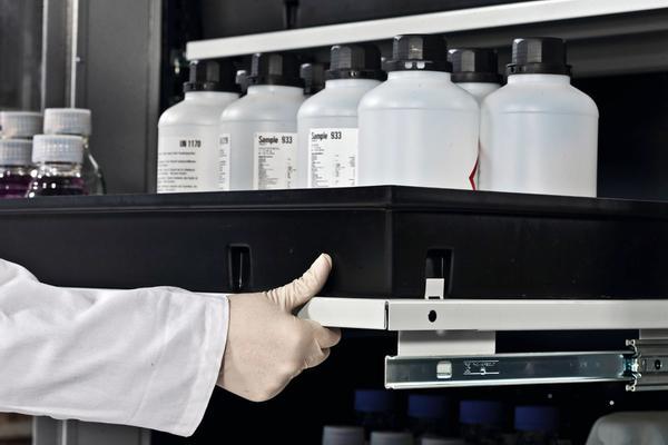 Die Tablarauszüge bieten sicheren Lagerplatz für Kleingebinde und können mit minimalem Kraftaufwand ausgezogen werden.