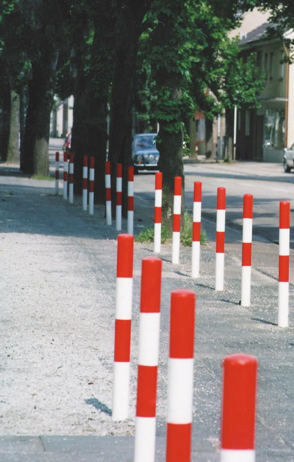 Stahl-Sperrpfosten (rot weiß) zum Abgrenzen von Fahrbahnen, Gehwegen, Parkplätzen usw.
