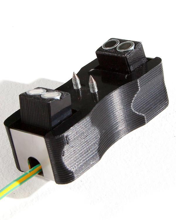 2 gehärtete Edelstahlzähne lassen sich leicht durch Lack reiben, für einen sichere Verbindung. Gefederte Magneten sorgen für den stabilen Halt.