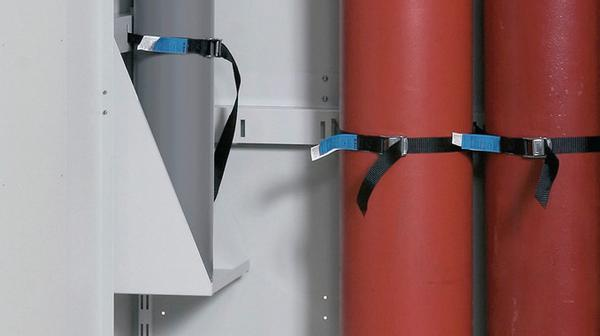 Flaschenhalter, höhenverstellbar, zum Einhängen an der Seitenwand. So können auch kleinere Gasflaschen praktisch gelagert werden.